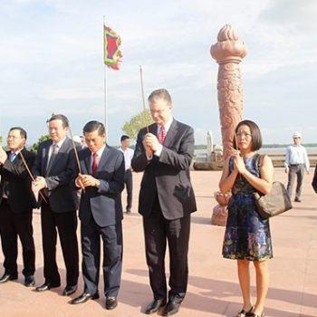 Đại sứ Mỹ thăm Khu di tích Bạch Đằng Giang