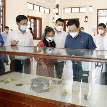 Chủ tịch Quốc hội Vương Đình Huệ thăm Khu bảo tồn di tích Bãi cọc Cao Quỳ